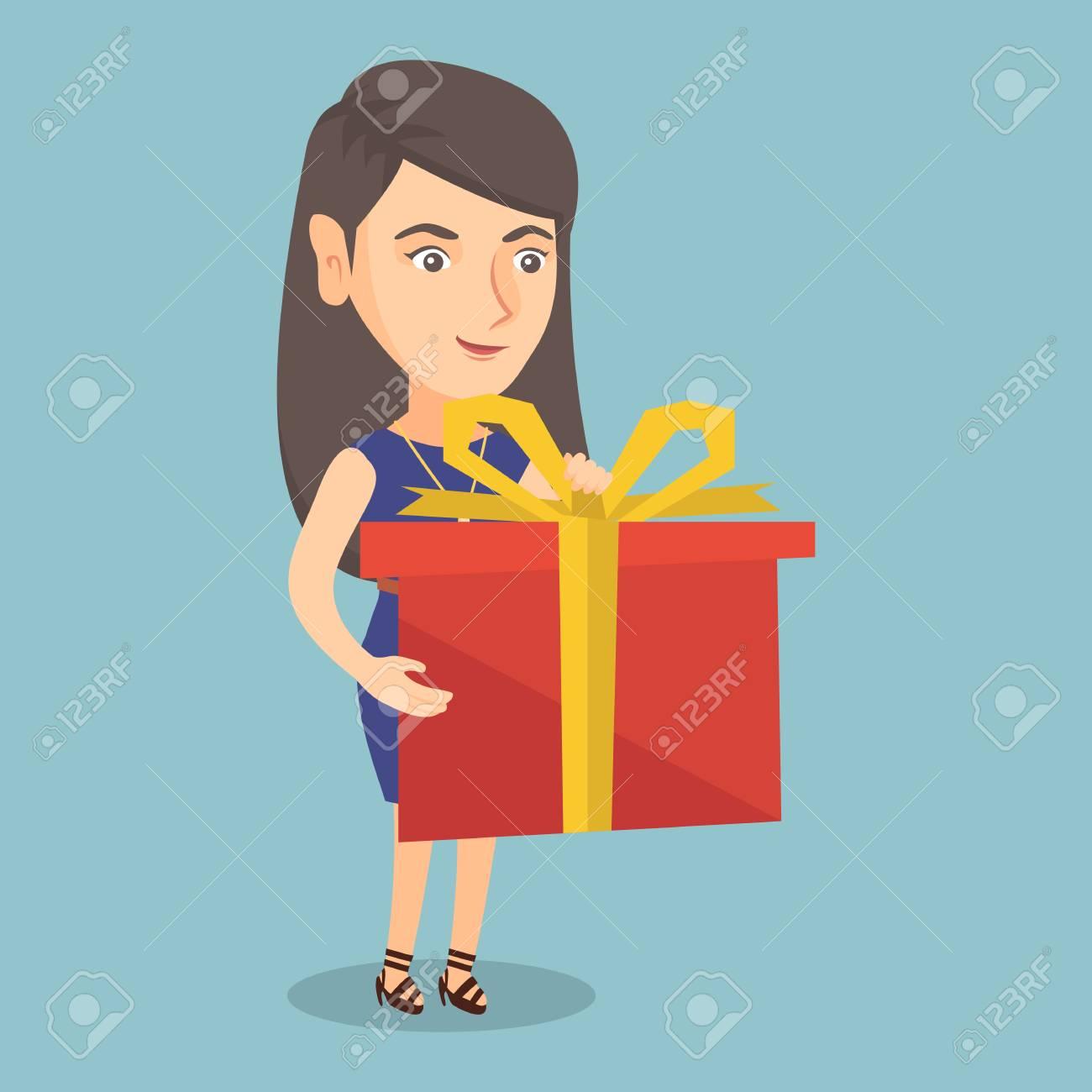 6126ddf76122 Sonriente mujer caucásica sosteniendo una caja con un regalo en las manos.  Longitud total de joven feliz con una caja de regalo. Mujer comprando un ...