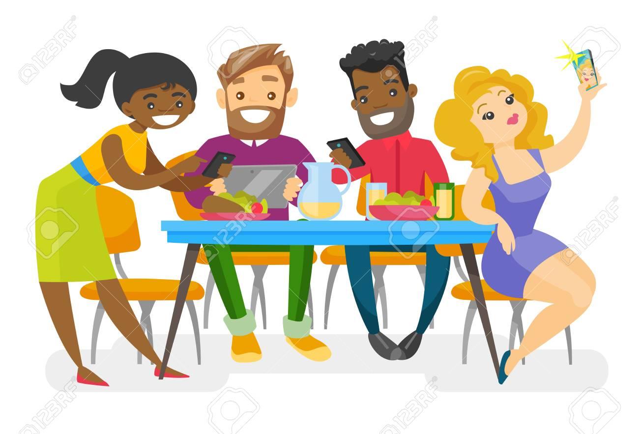 Grupo Multiétnico De Jóvenes Amigos Sentados Juntos En La Mesa Con