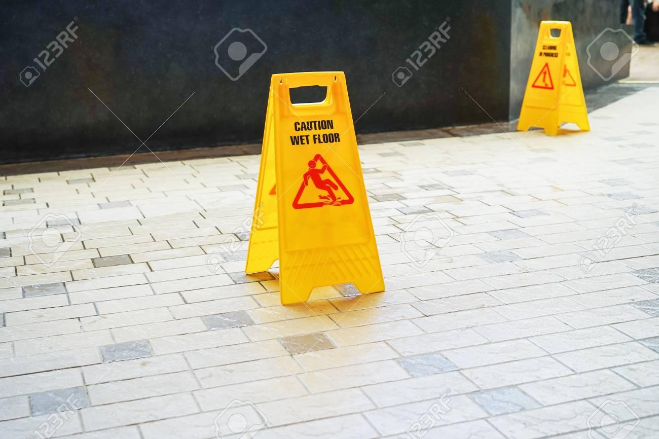 Attenzione segnale di avvertimento sul pavimento bagnato foto