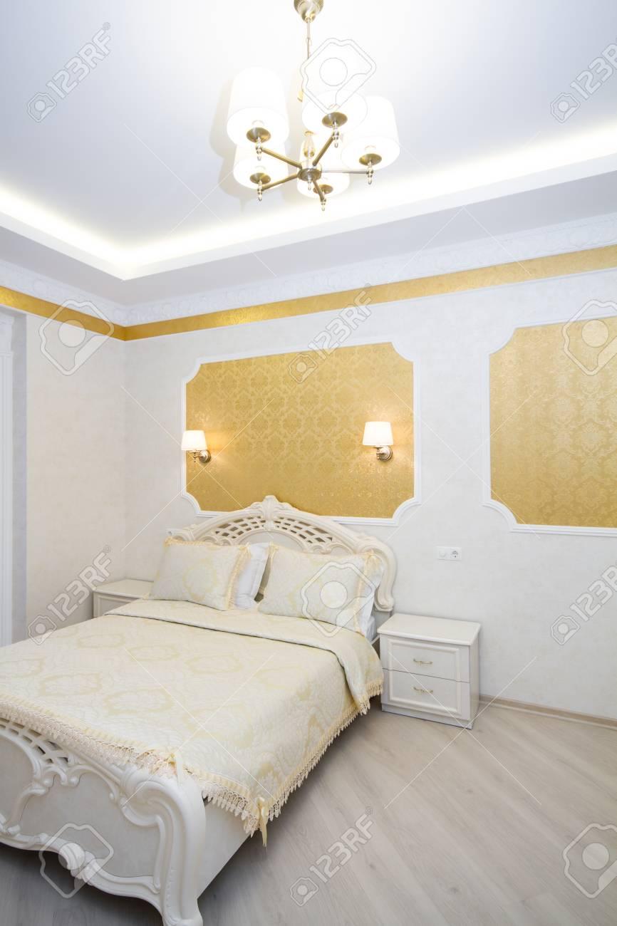 luxe bed met kussen in koninklijke slaapkamer interieur hotelkamer in felle kleuren verticale orintatie