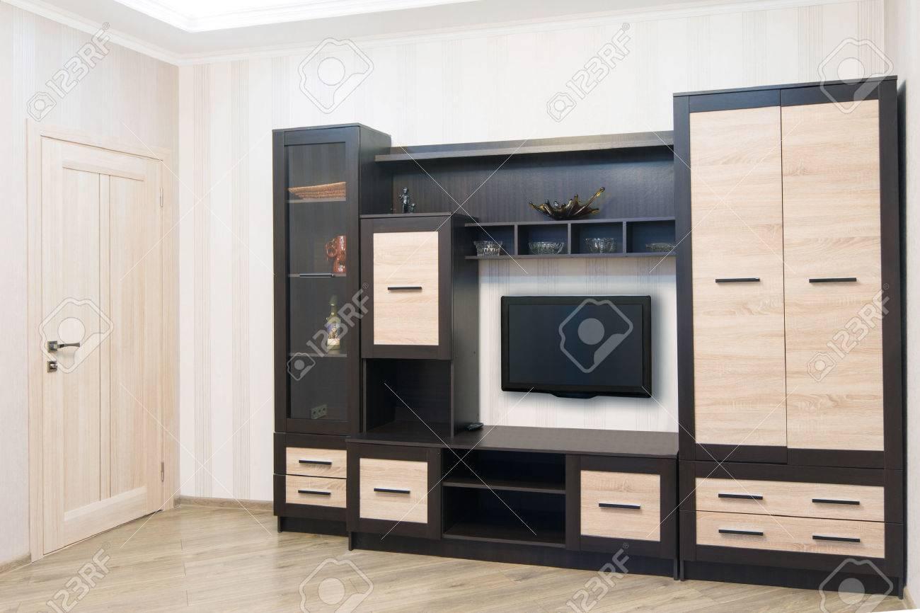 Geräumiges Zimmer Mit Möbeln, Einen Großen Schrank Und TV. Modern Style  Standard Bild