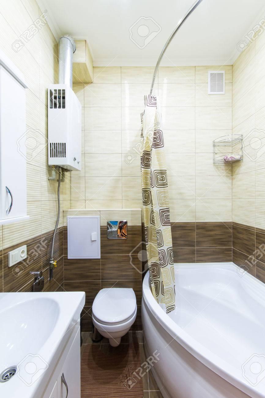 Kleines Bad Mit Begehbarer Dusche Und Weißen Weißen Schrank. Standard Bild    41070365