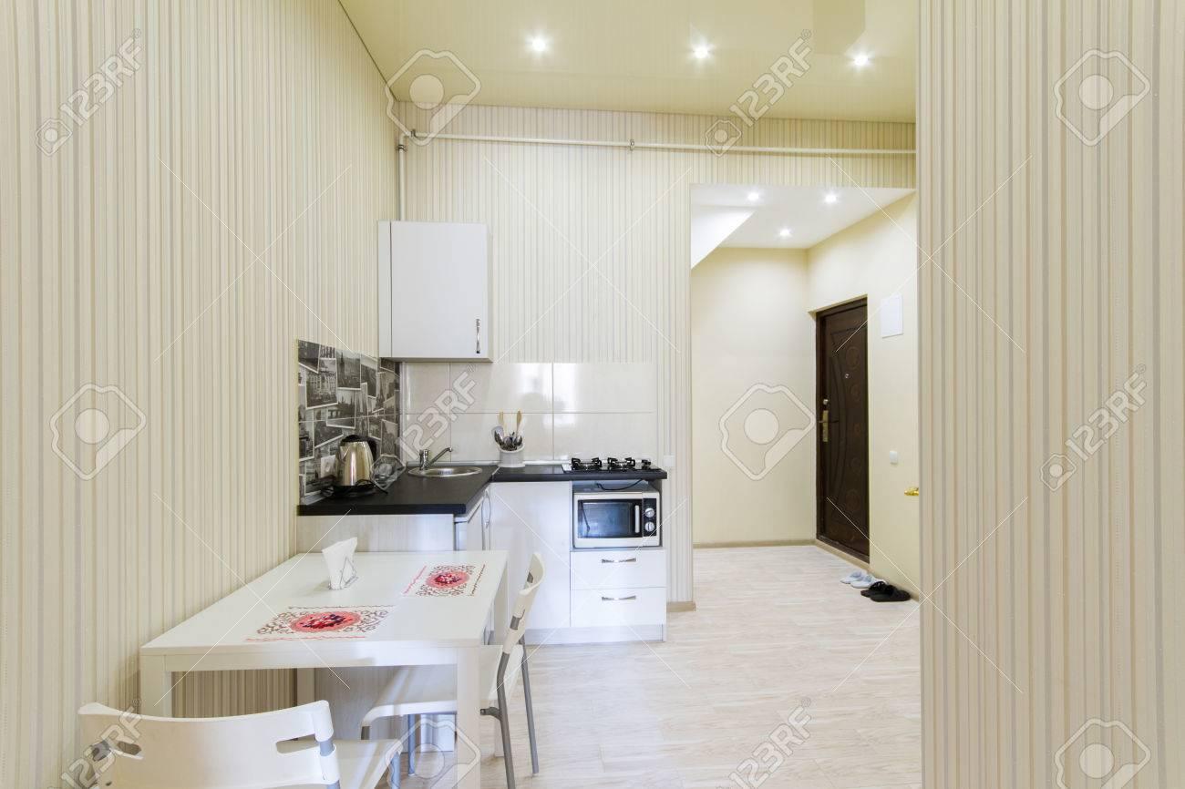 Kleine Küche In Einem Studio-Apartment. Das Interieur Ist In Hellen ...