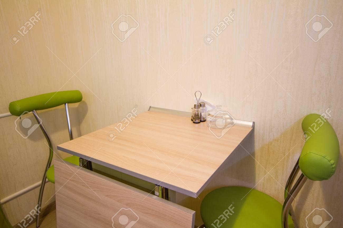 Kleine Küchentisch Mit Zwei Grüne Stühle Im Innenraum Lizenzfreie ...