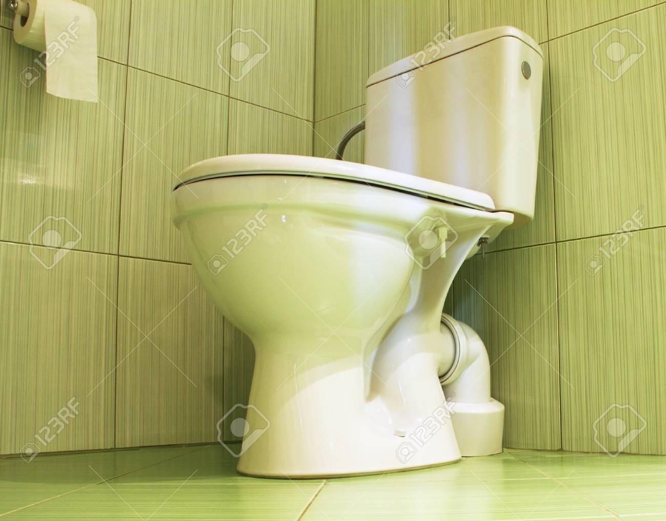 Weiß WC In Einem Badezimmer Mit Grünen Fliesen Lizenzfreie Fotos ...