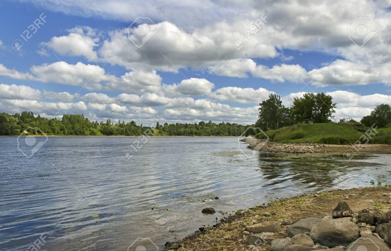 ラトビア、ダウガヴァ川を見る。...