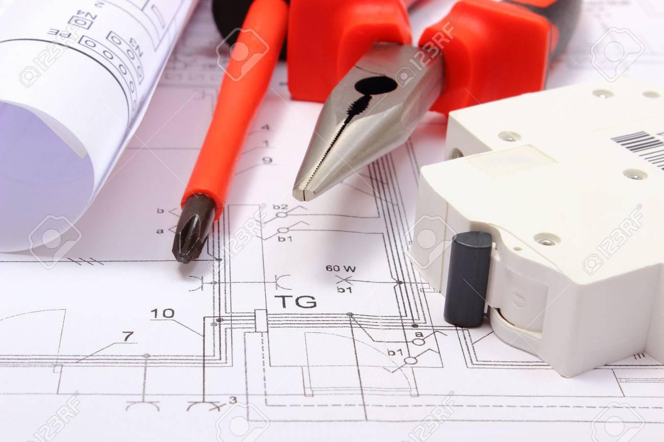 Rolled Schaltpläne, Elektrische Sicherung Und Arbeitswerkzeuge Auf ...