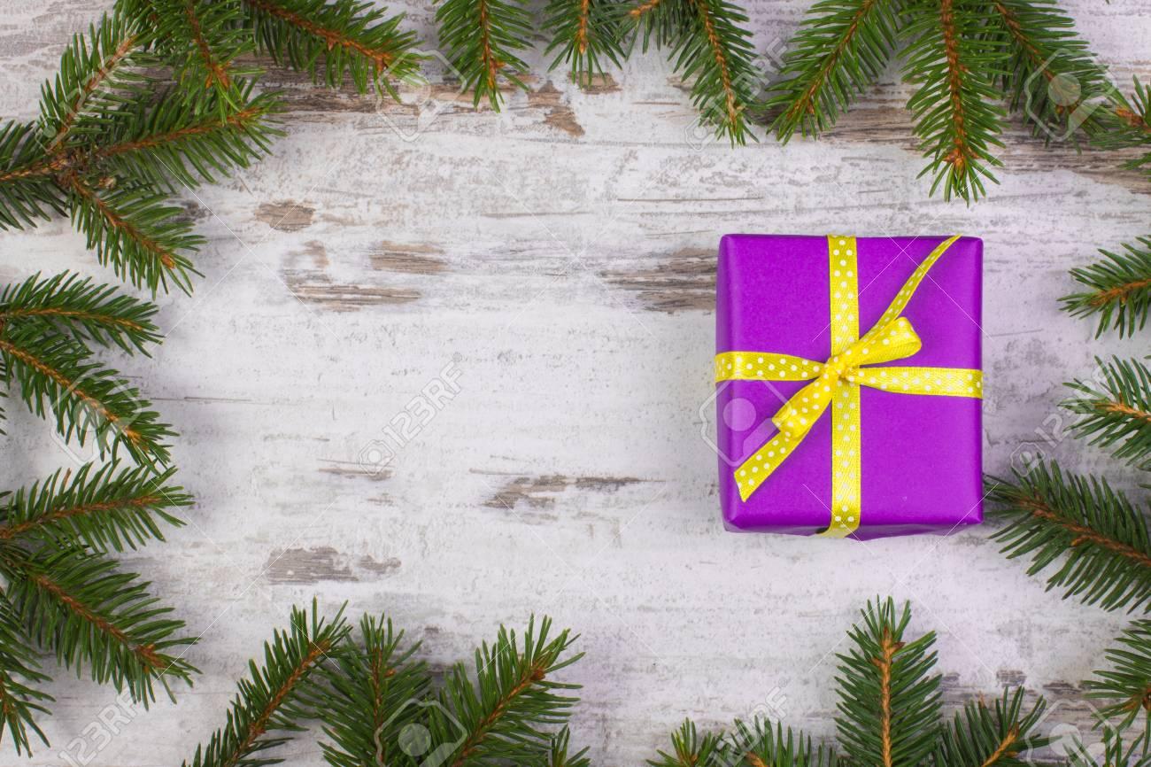 Tavolo Compleanno Natale : Regali su bianco tavolo in legno sfondo di natale festa di