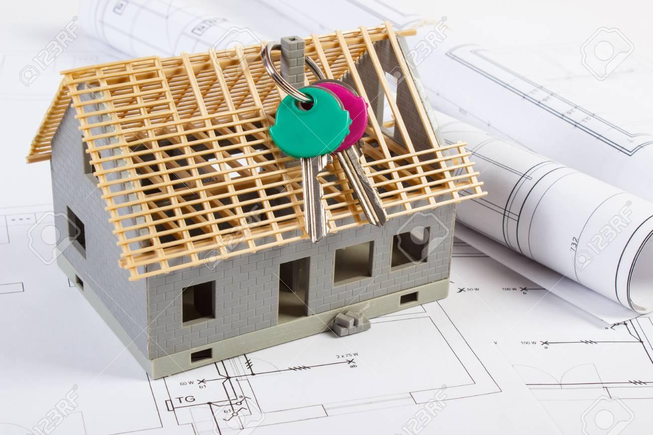 Schemi Elettrici Per Casa : Chiavi di casa piccola casa in costruzione e rotoli di schemi su