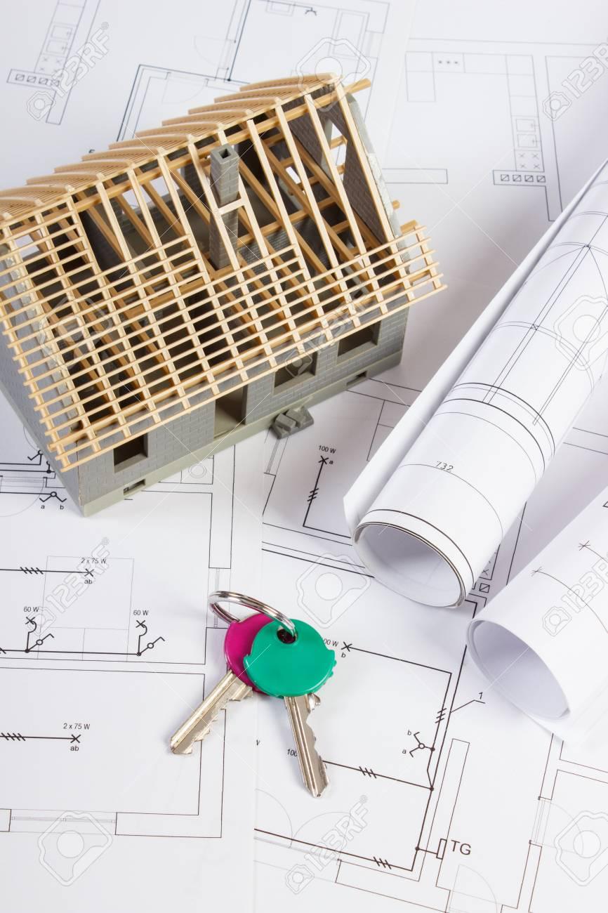 Schemi Elettrici Casa : Chiavi di casa piccola casa in costruzione e rotoli di schemi su