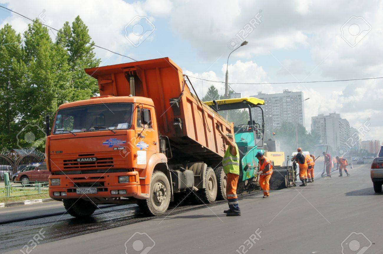 MOSCOW - JUNE 22: The brigade of visitors workers repairs road under the program of planned repair in area Marino on JUNE 22, 2011 In 2011 in Moscow will repair 23,5 million in sq.m. of roads Stock Photo - 10005923