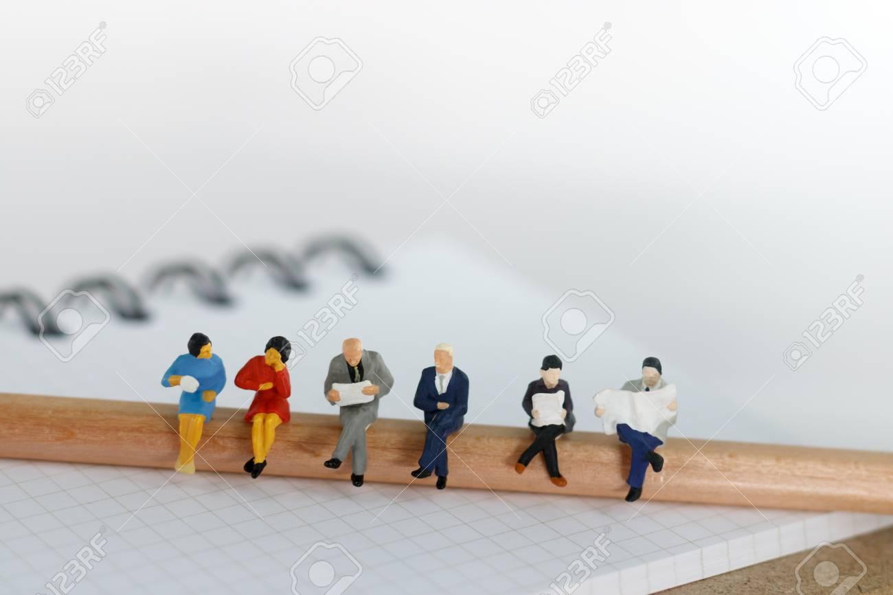教育とビジネスの概念 鉛筆や本の使用の背景や壁紙に座ってミニチュアビジネスチーム の写真素材 画像素材 Image