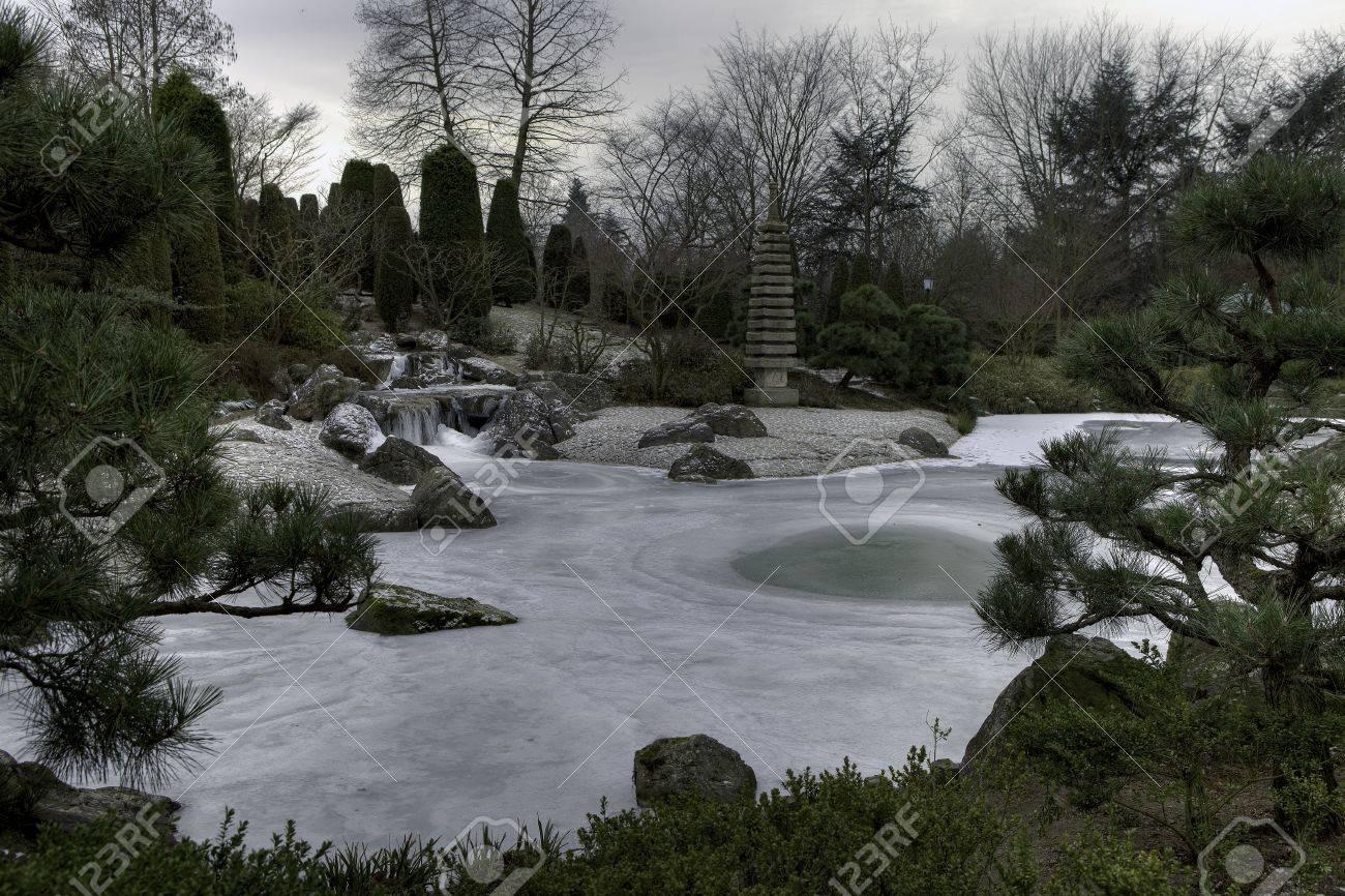 Japanischer Garten Mit Bach Und See Im Winter Stock Photo Picture