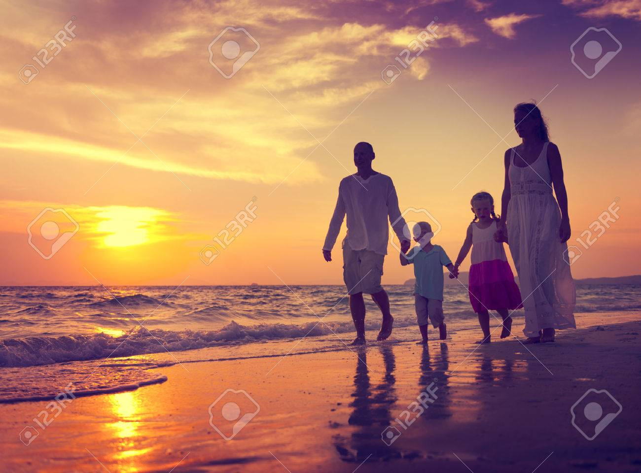 family walking beach sunset travel holiday concept banco de imagens