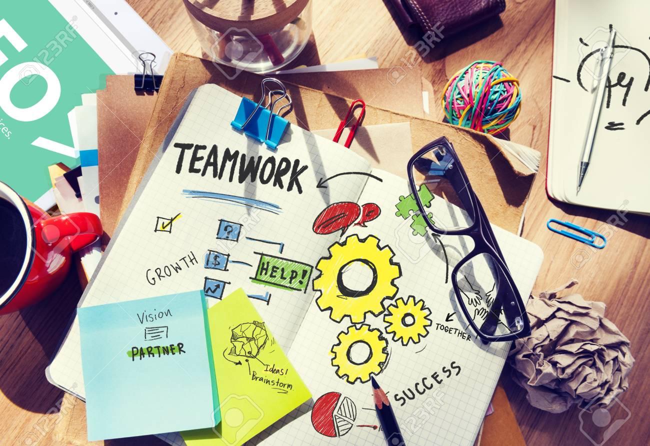 Zusammenarbeits Schreibtisch Büro Arbeitsplatz Konzept Des Teamwork Teams  Standard Bild