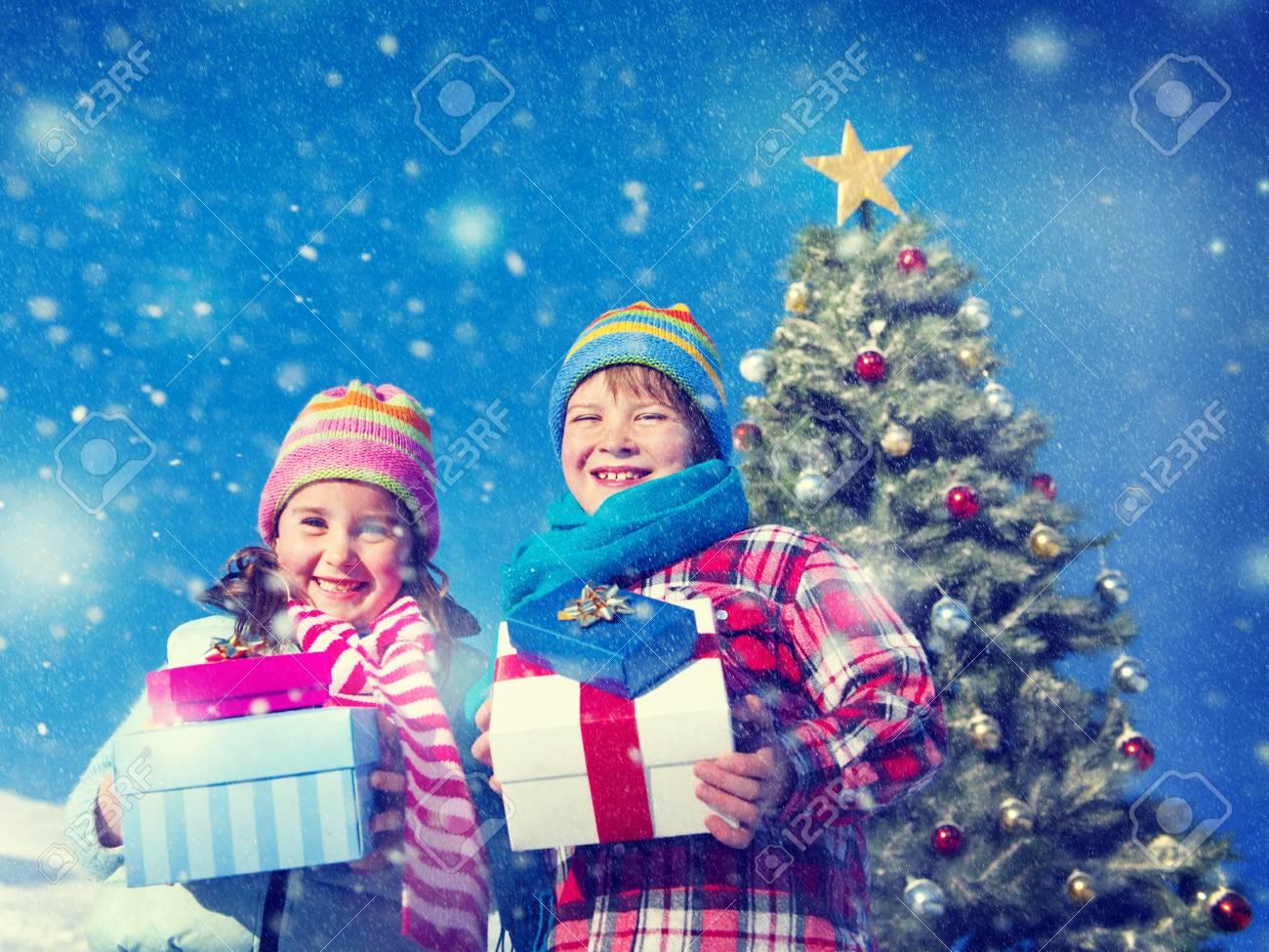 Weihnachten Kinder Geschenke Gluck Feier Schnee Konzept Lizenzfreie