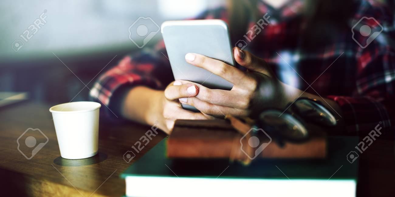 Mädchen Karohemd Handy Cafe Konzept