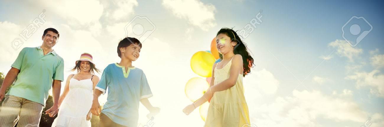 Family Bonding Cheerful Children Parenting Love Concept Banque d'images - 58549212