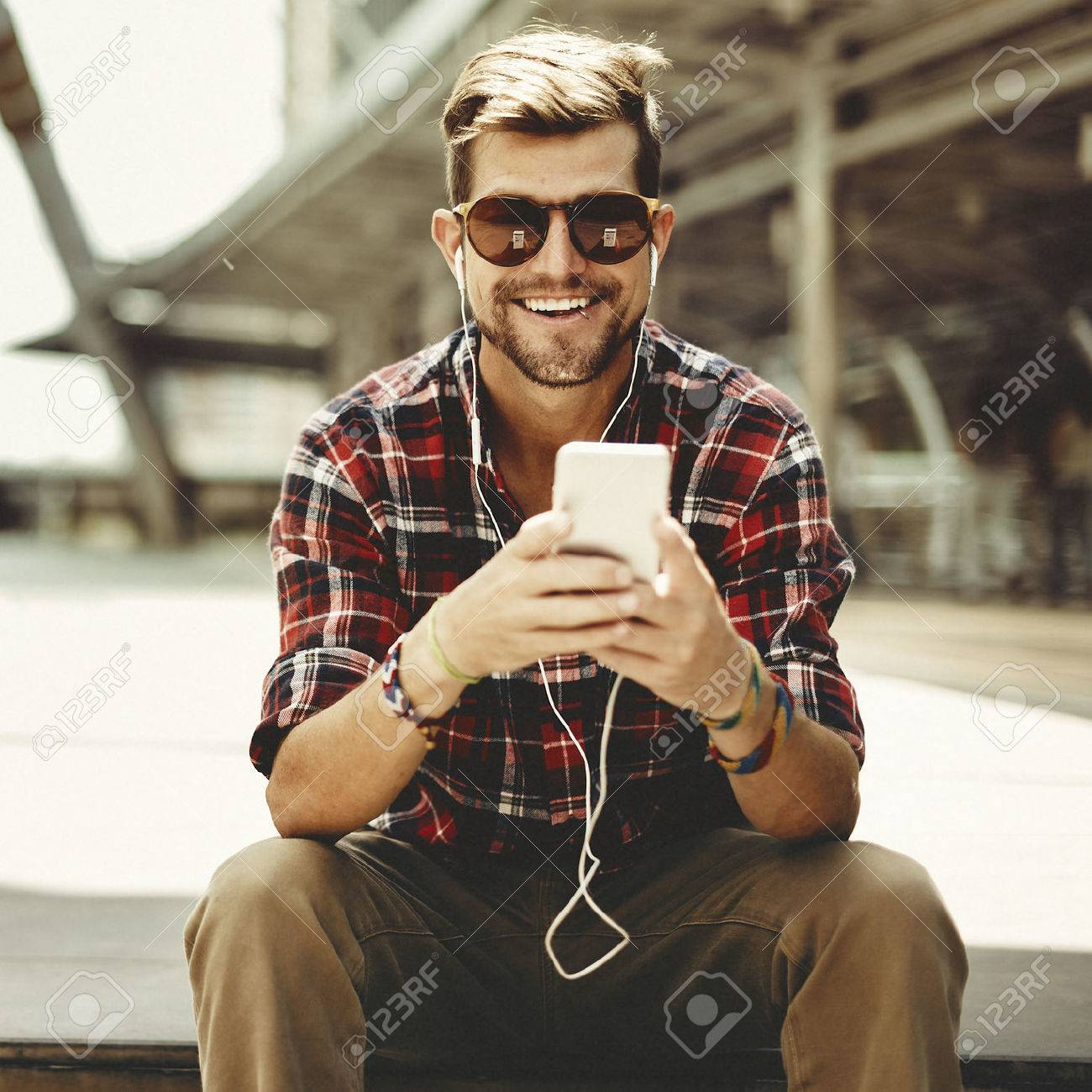 Man Sitting Listening Music Earphones Concept Banque d'images - 58723057