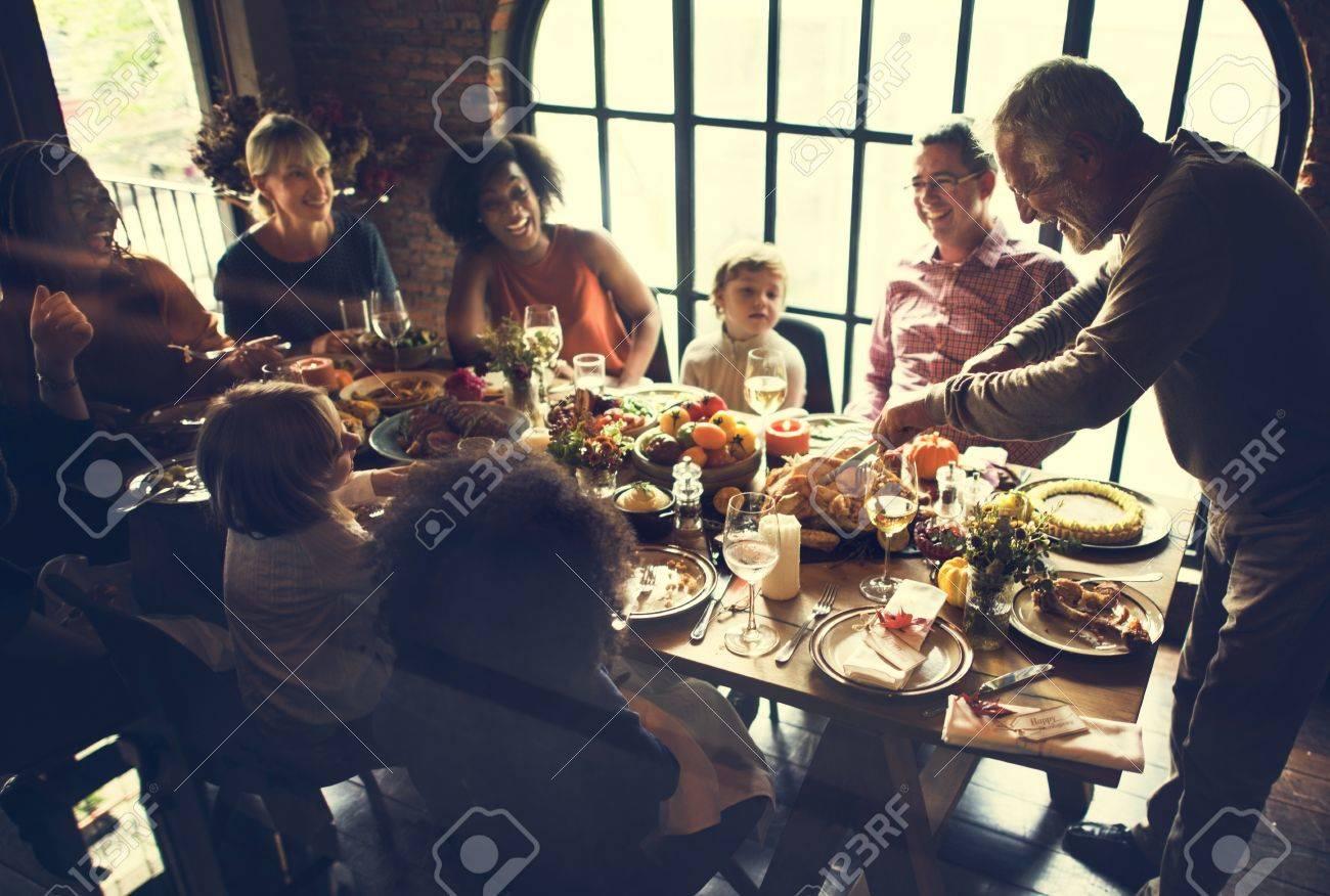 Cutting Turkey Thanksgiving Celebration Concept Standard-Bild - 64086798