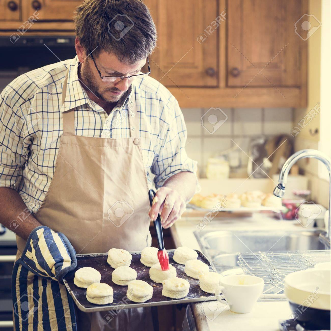 hombre delantal de cocina para hornear panadera concept foto de archivo