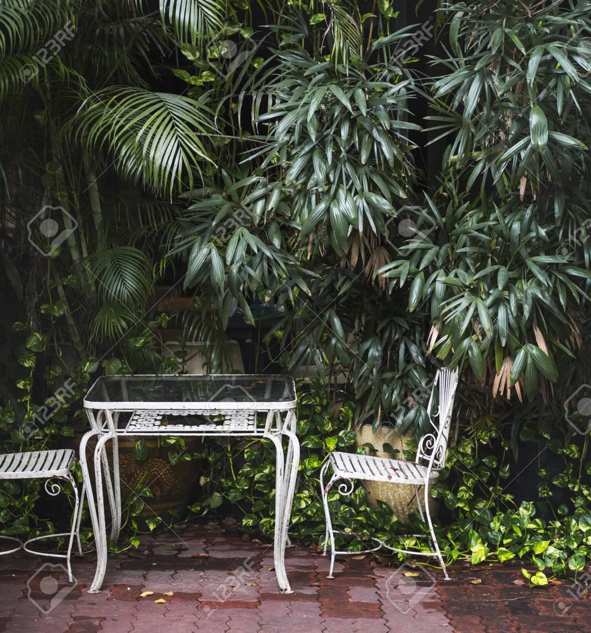 Mobilier d\'extérieur rustique dans le jardin