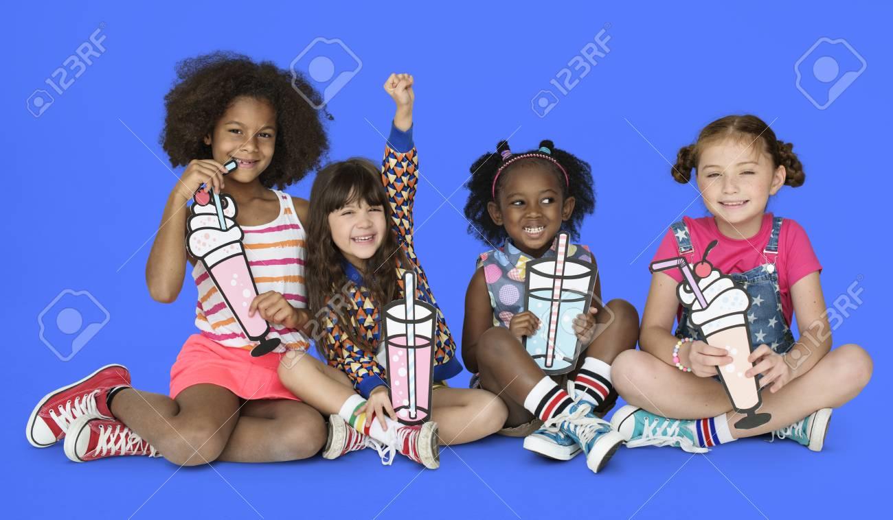 Kleine Kinder Getränke Soda Smoothie Lizenzfreie Fotos, Bilder Und ...