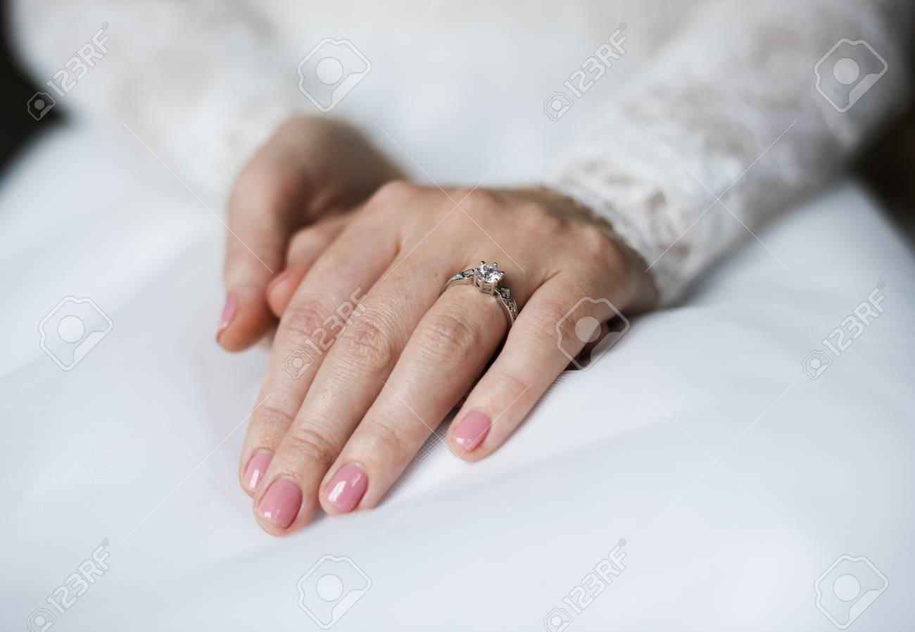 Wedding Ring Which Hand.Attractive Beautiful Bride Showing Engagement Wedding Ring On