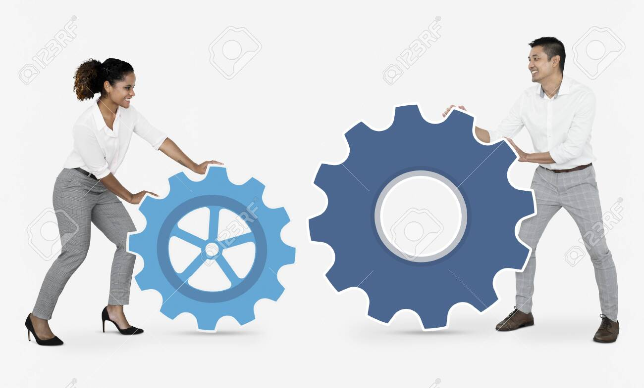 Business people connecting with gears - 112891600