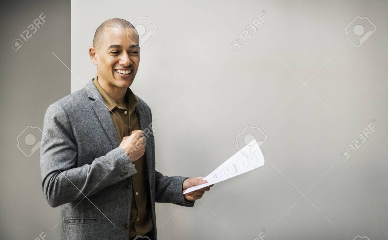 Businessman presenting his project in a meeting - 118631841