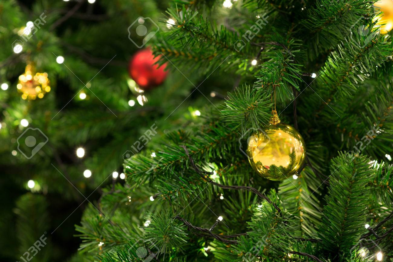 Deco De Noel Dans Le Jardin arbre de noël avec décoration, détail arbre de noël dans le jardin