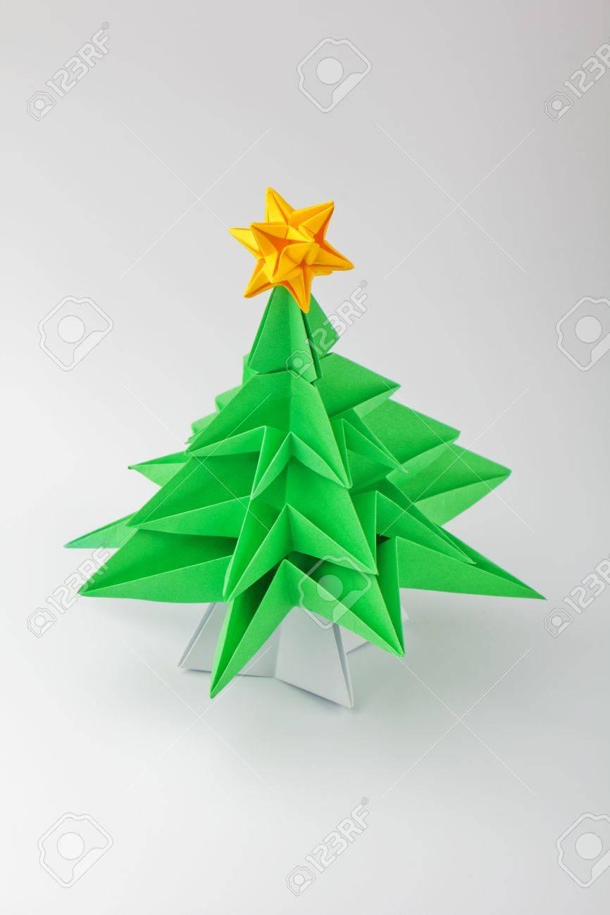 origami un rbol de navidad verde con la estrella foto de archivo