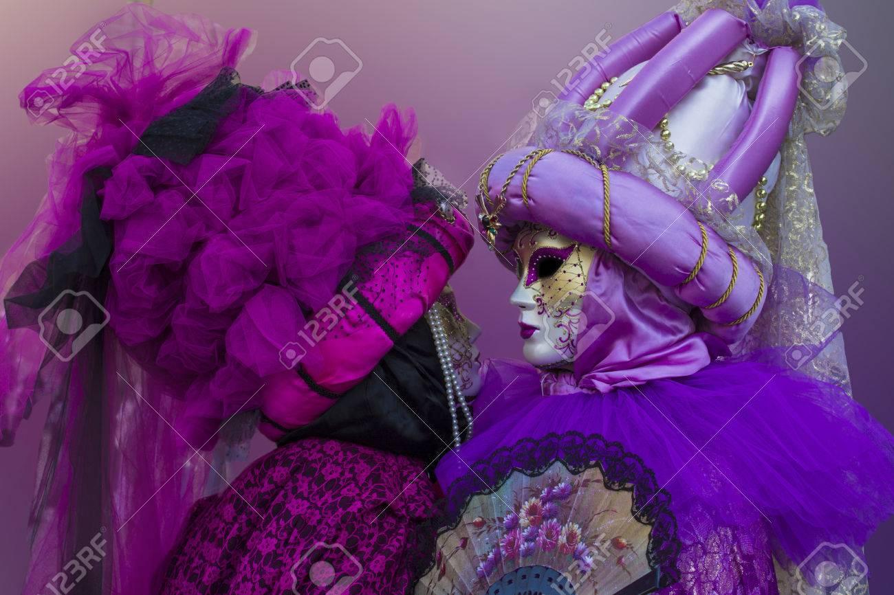 Pareja Vestida Con Máscaras Para El Carnaval De Venecia Fotos ...