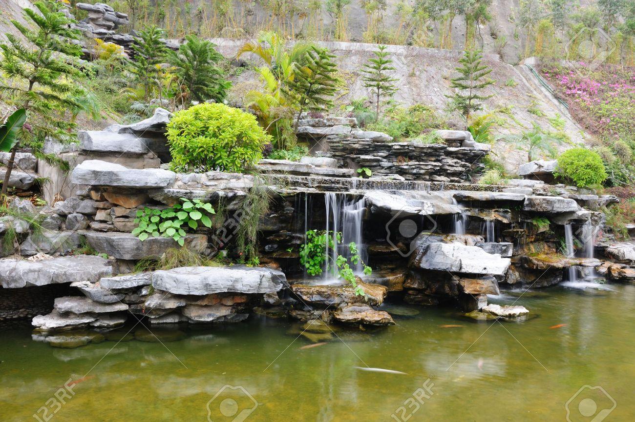 Jardin de la rocaille chinoise avec étang et cascade