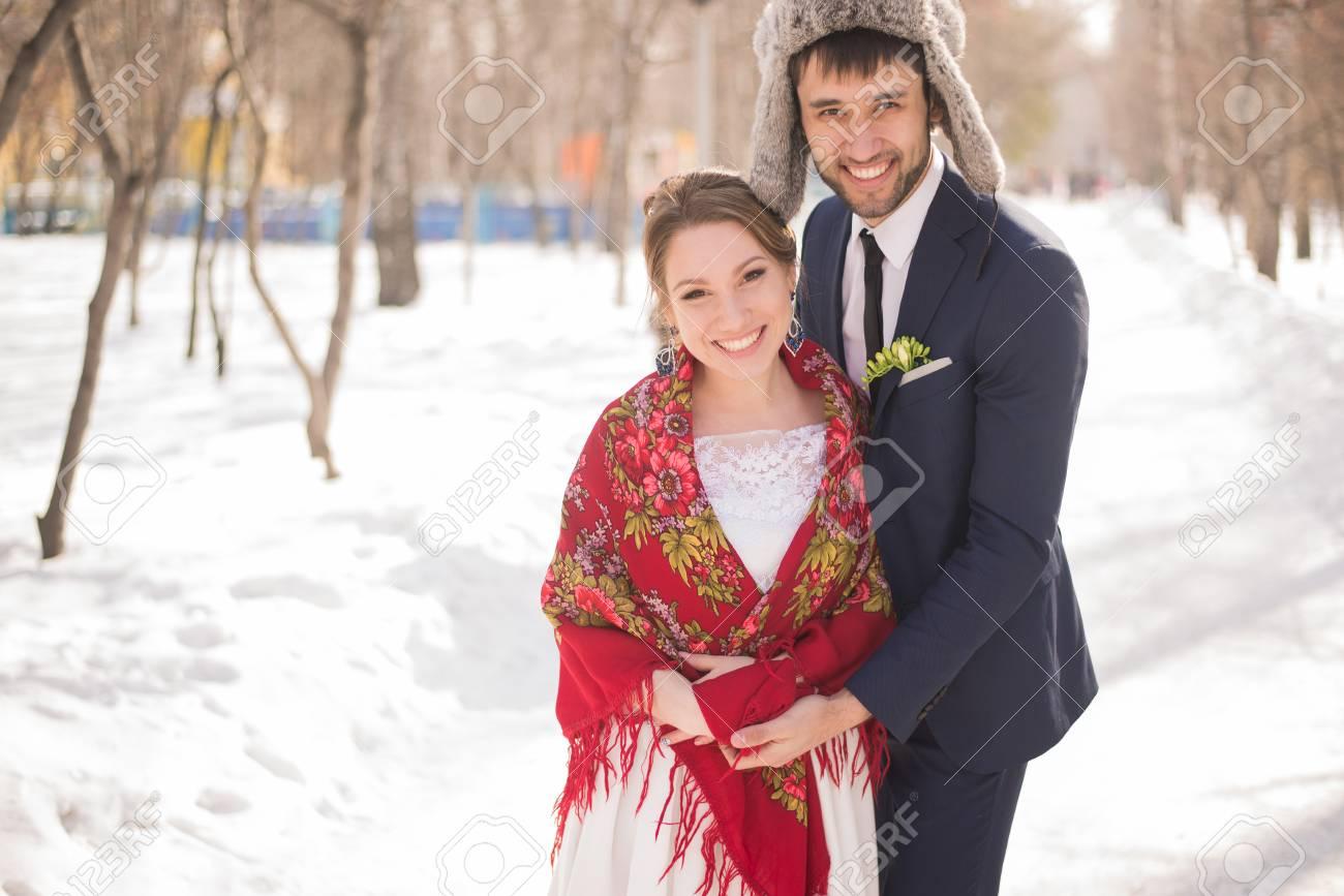 Gluckliche Braut Und Brautigam Im Winter Tag Auf Ihrer Hochzeit