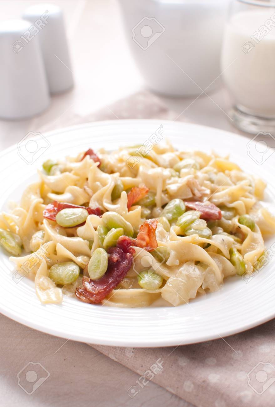 Bright pasta with cream sauce and prosciutto Stock Photo - 17571913