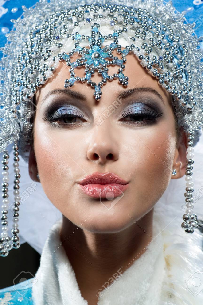 Hot kiss of the beautiful queen Stock Photo - 16947869