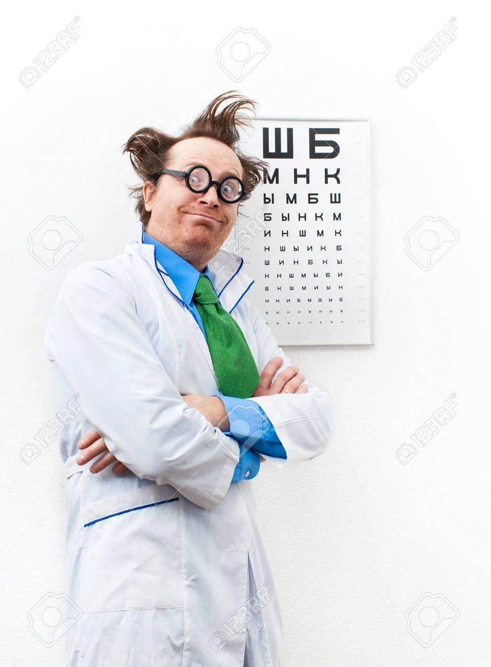 Oculiste Drôle Dans La Blouse Blanche Banque D Images Et Photos ... 9e94b9b3fbd9