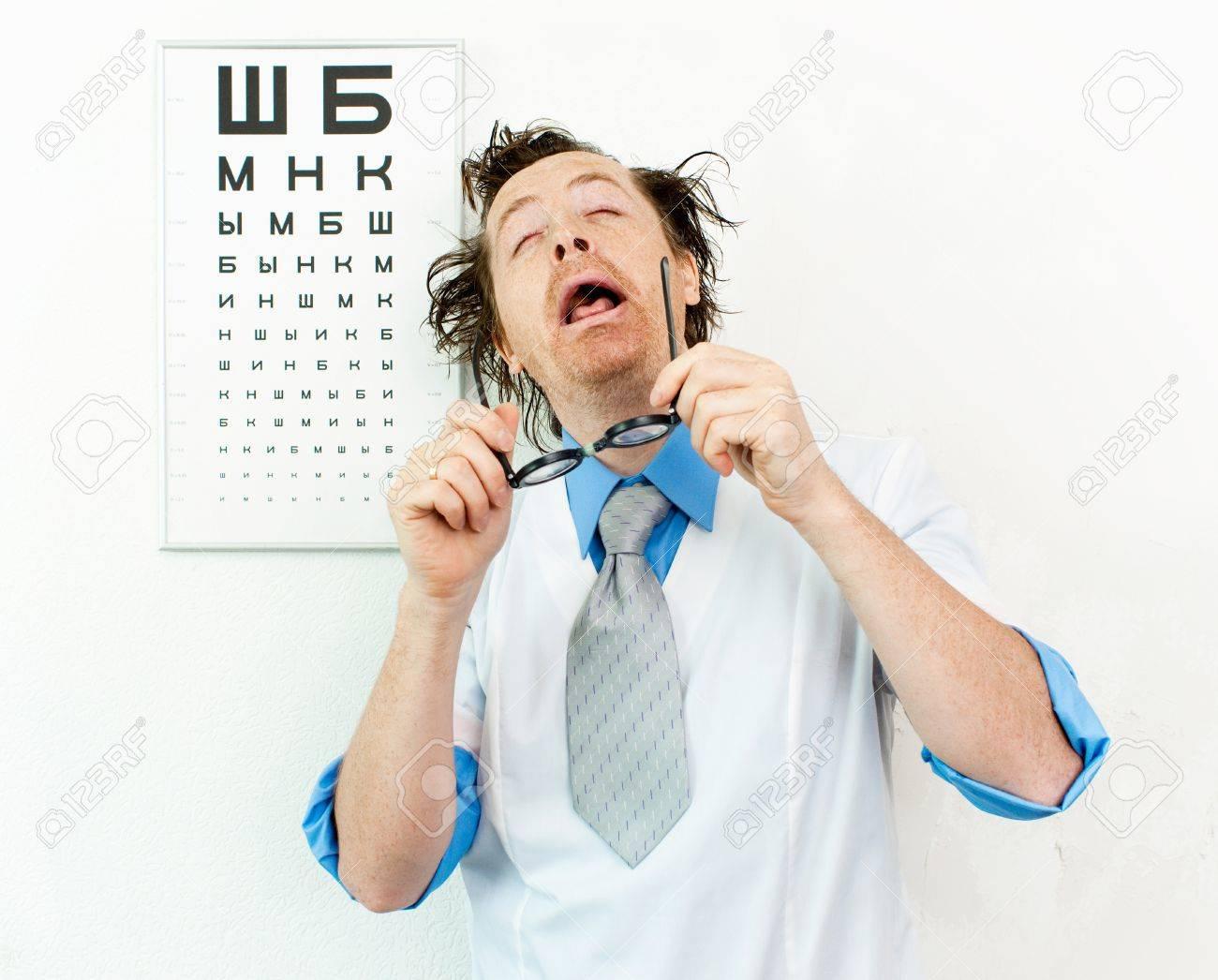Drôle Oculiste Avec Les Yeux Fermés Banque D Images Et Photos Libres ... 417ea70ec80c