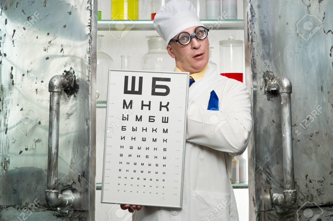 Oculiste Drôle Avec Une Table Dans Le Laboratoire Banque D Images Et ... c4bee312082c