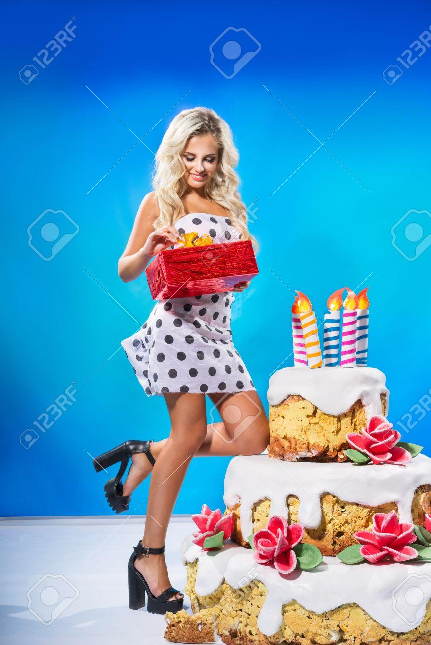 Presentacion 44324835-Sexy-chica-est-con-el-regalo-cerca-de-un-gran-pastel-Foto-de-archivo