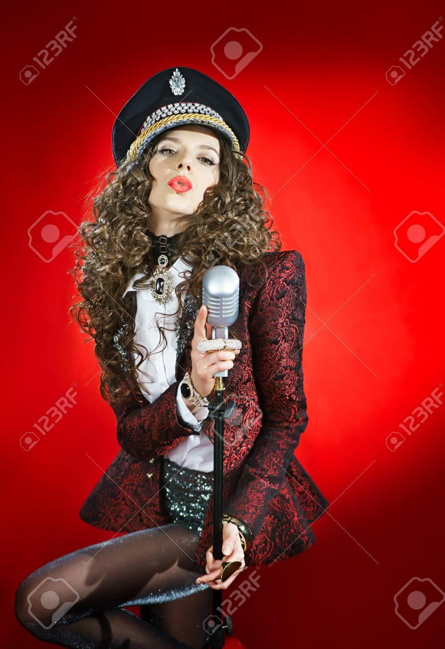 Sensualité Noir En Chanteur Le Sur De Avec Microphone Un Chapeau Tl3cuFK1J