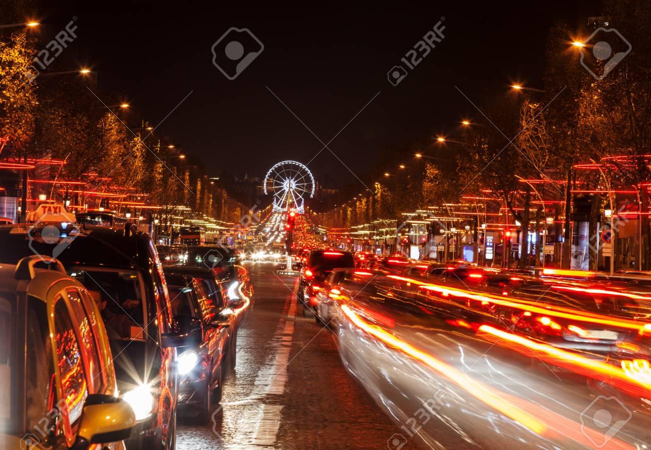 Immagini stock dicembre illuminazione e semafori sulla avenue