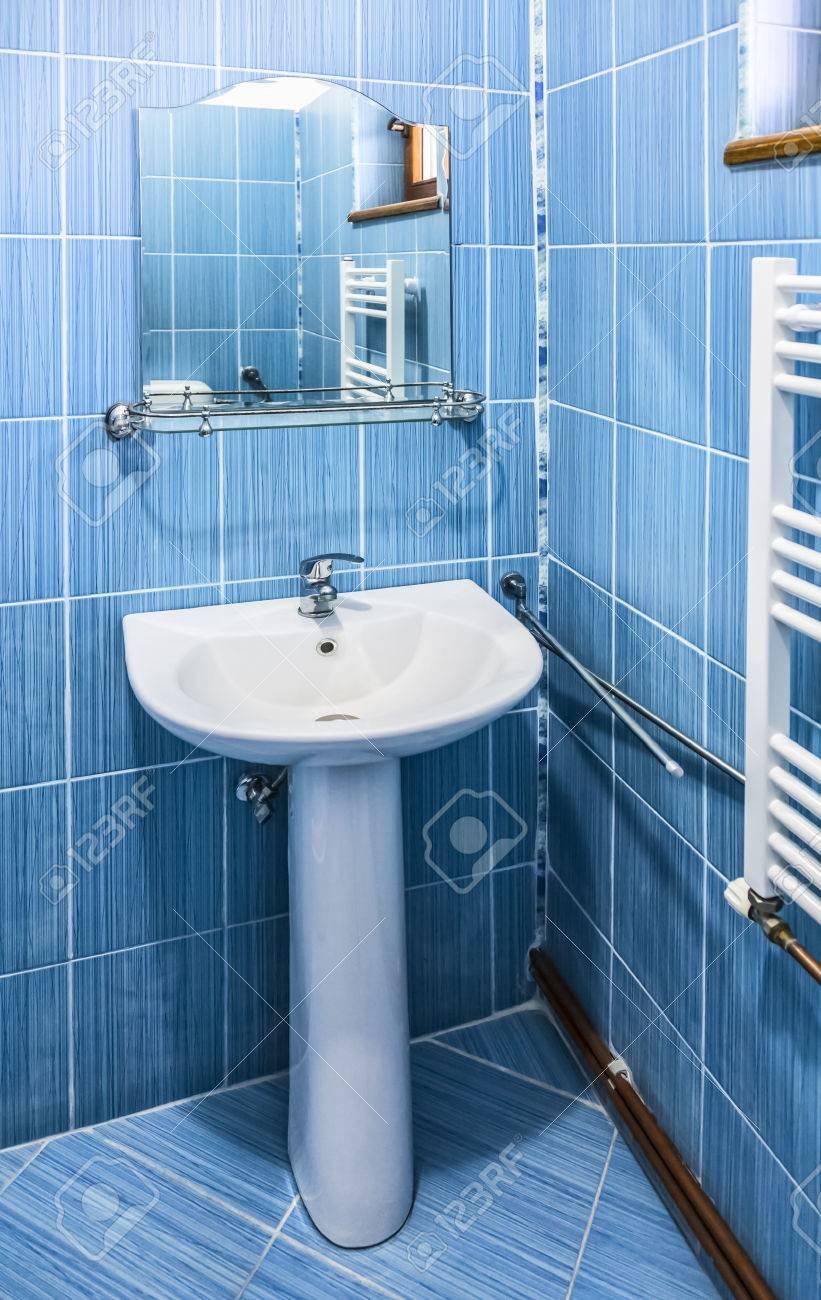 Intérieur d\'une salle de bain bleu avec lavabo et un miroir dans une  auberge.
