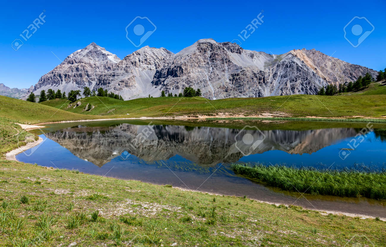 Le Rois Mages (Baltazar 3153m, Melchior 2948 m, Gaspard 2808 m , Quatre Soeurs 2587 m) and their reflection in the lake Chavillon on Etroite Valley- Hautes-Alpes. - 152214009