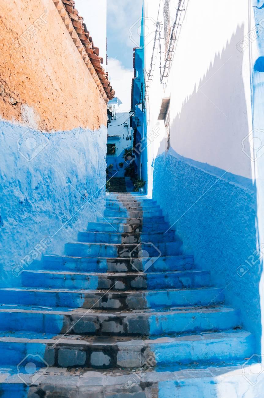 Las Escaleras Y Las Paredes Pintadas De Azul Pequeno Callejon En - Paredes-pintadas-de-azul