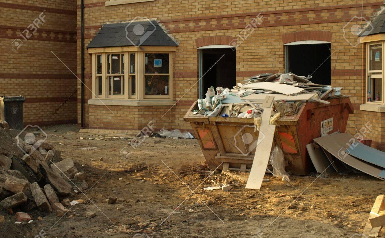 Foto Von Einer Baustelle Mit Neuen Häusern Und überspringen Voller Müll  Bauherren. Standard Bild