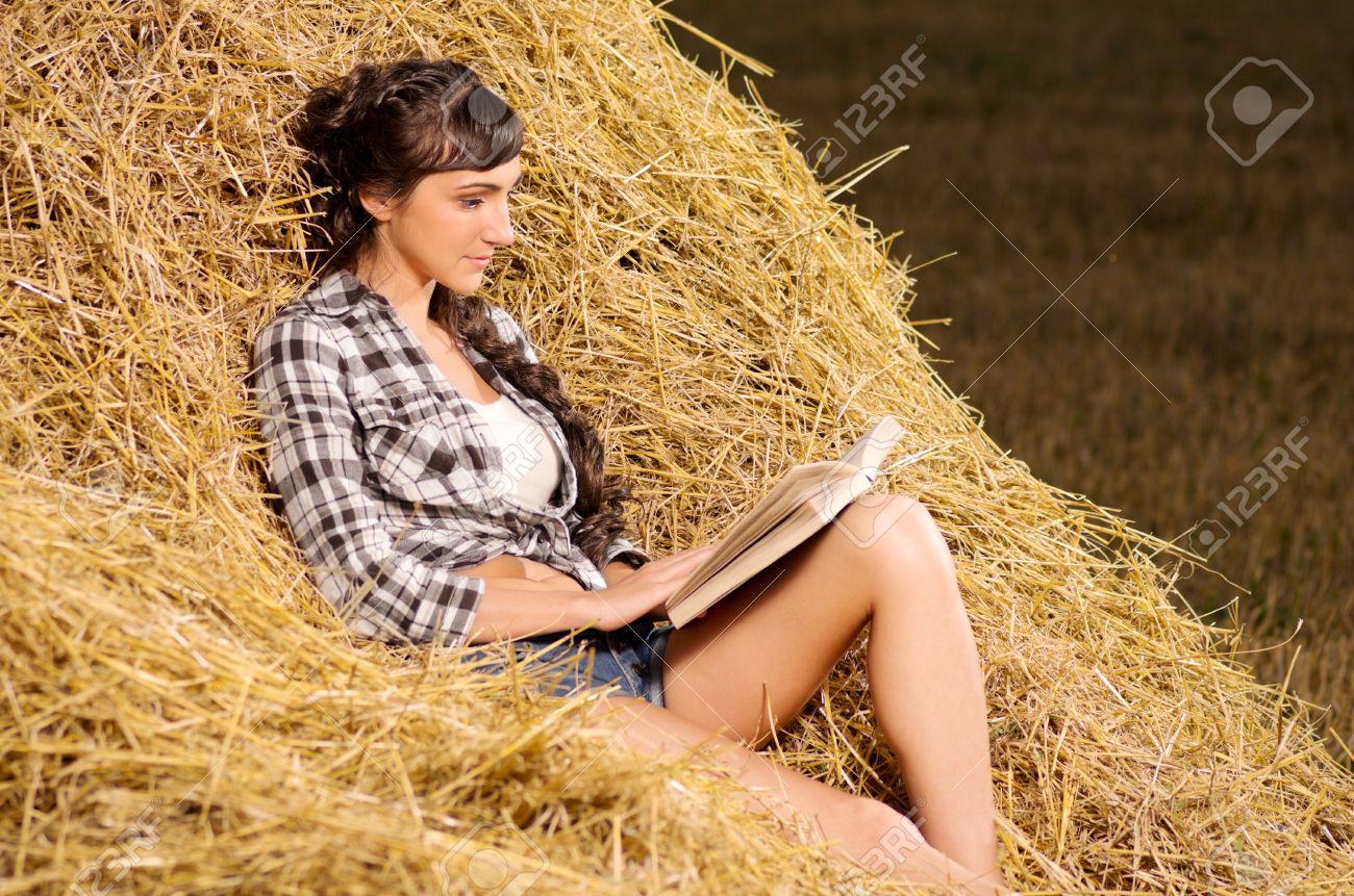 Фото девочки возле сена 7 фотография
