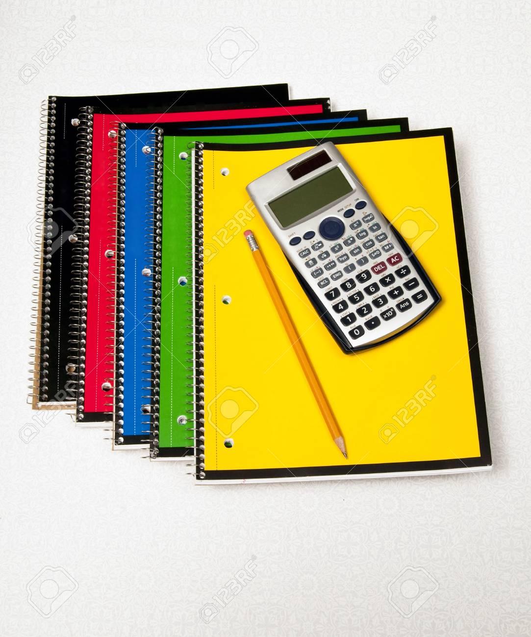 cinq ordinateurs portables et d un calculateur de prêt pour les