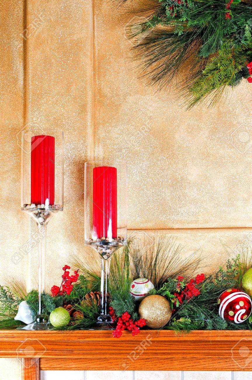Kamin Mantel Mit Kerzen Und Girlanden Dekoriert Für Weihnachten  Standard Bild   8396009